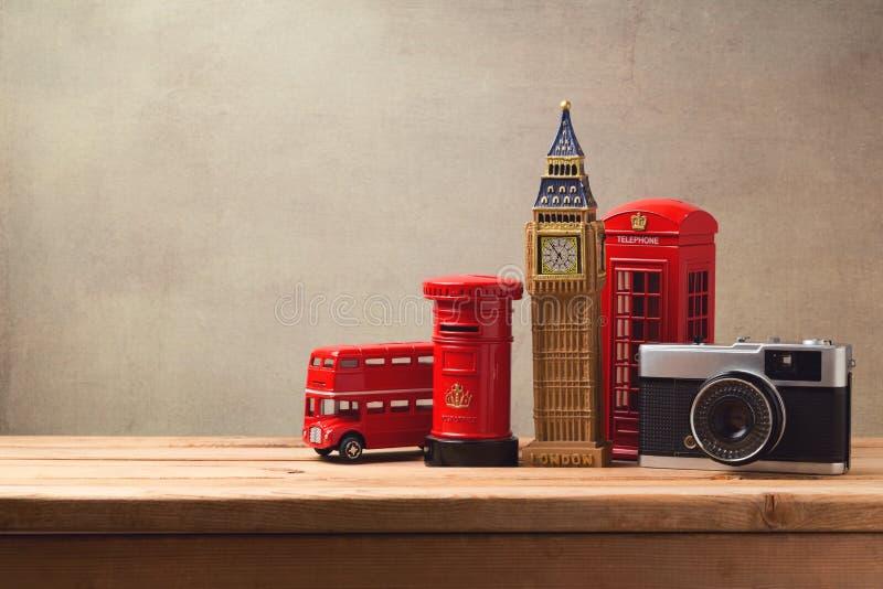 Reis en toerismeconcept met herinneringen van Londen en uitstekende camera op houten lijst royalty-vrije stock afbeelding