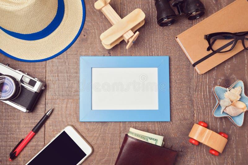 Reis en vakantieconceptenachtergrond met lege kader en voorwerpen Mening van hierboven stock afbeelding
