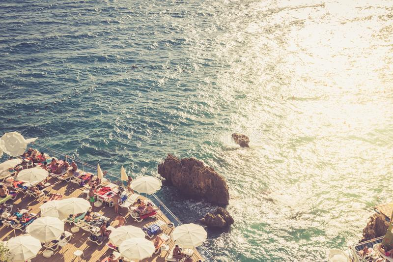 Reis en vrije tijd op het strand van de Middellandse Zee stock afbeeldingen