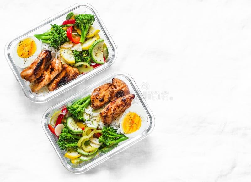 Reis, gedämpftes Gemüse, Ei, teriyaki Huhn - gesunde ausgeglichene Brotdose auf einem hellen Hintergrund, Draufsicht Hauptlebensm lizenzfreies stockbild
