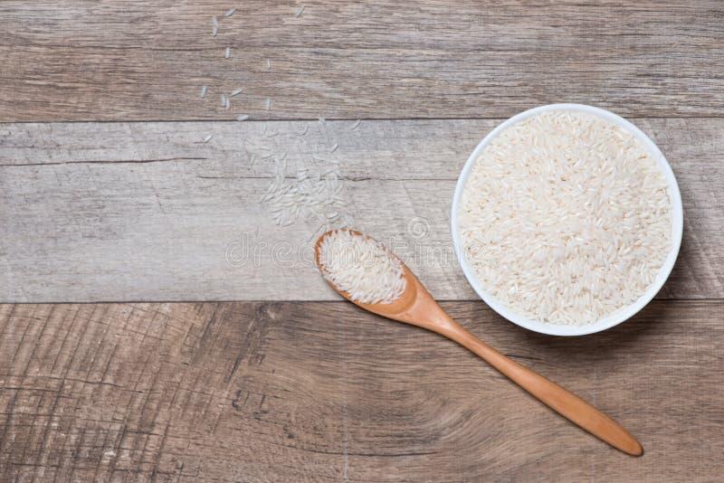 Reis im Löffel und in der Schüssel Jasmine Rice, thailändischer Reis, weißer Reis stockbild
