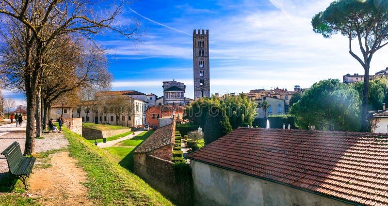 Reis in Italië - de middeleeuwse stad van Luca met mooie parken, Tusca stock foto's