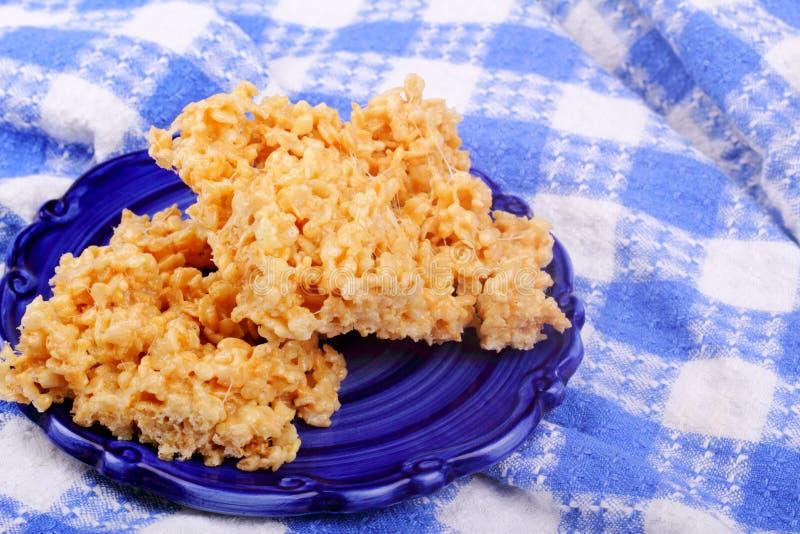 Reis-knusperige Festlichkeiten auf Blau lizenzfreie stockfotos