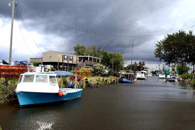 Reis-Louisiane-garnalen gedokte Boten en Onweersbuiwolken stock afbeeldingen