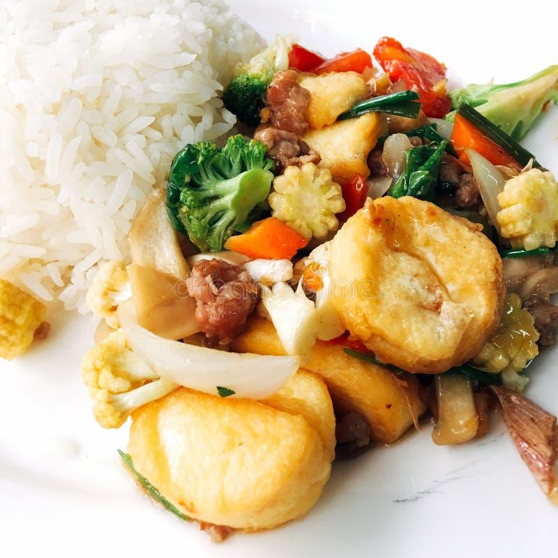 Reis mit dem gebratenen Tofu gemischt lizenzfreies stockbild