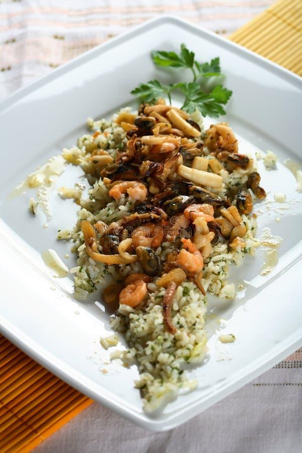 Reis mit essbaren Meerestieren und Gemüse stockfoto