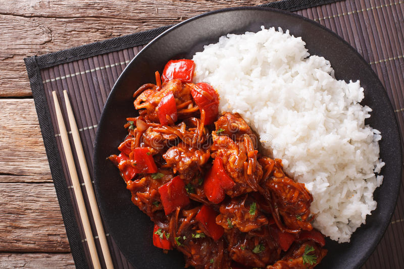 Reis mit gedämpftem Schweinefleisch in der Nahaufnahme der süß-sauren Soße horizonta stockbilder