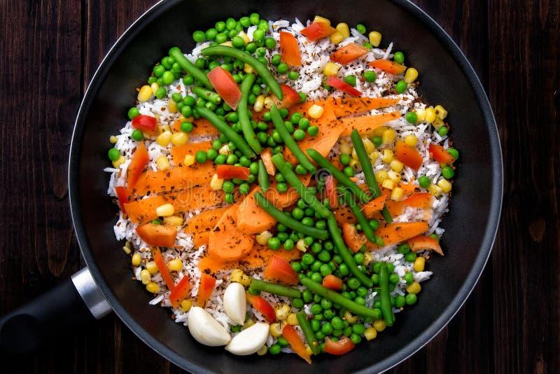 Reis mit Gemüse in einer Wanne zu kochen Rustikale Art stockfoto