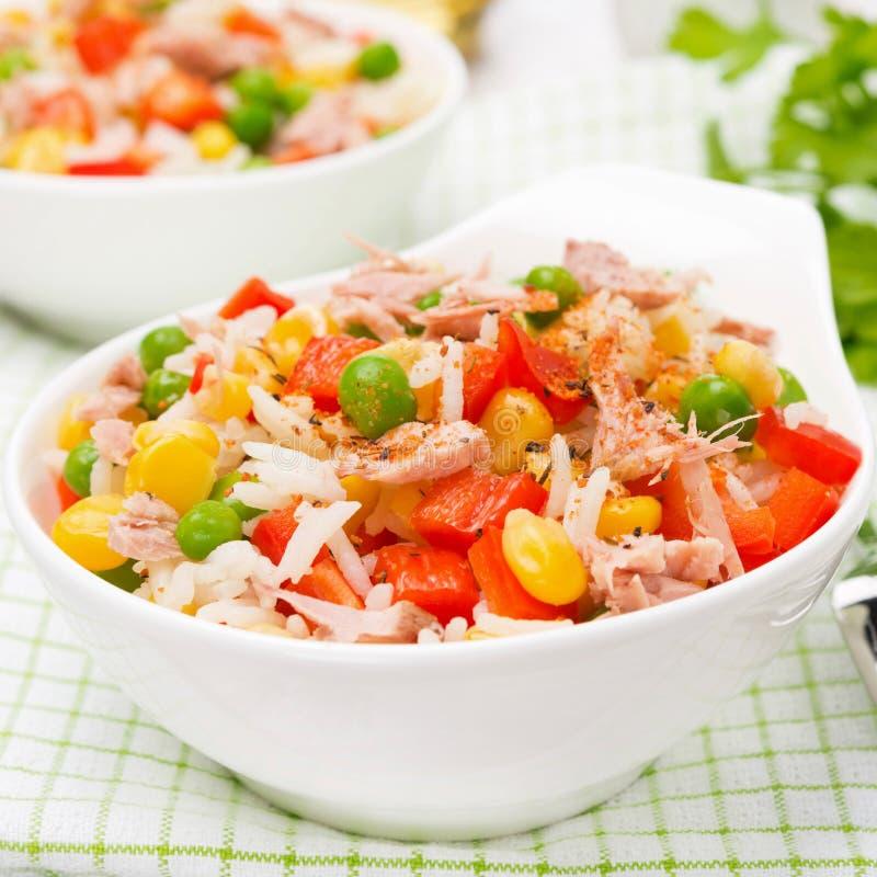 Reis mit Gemüse und eingemachtem Thunfisch stockfotos