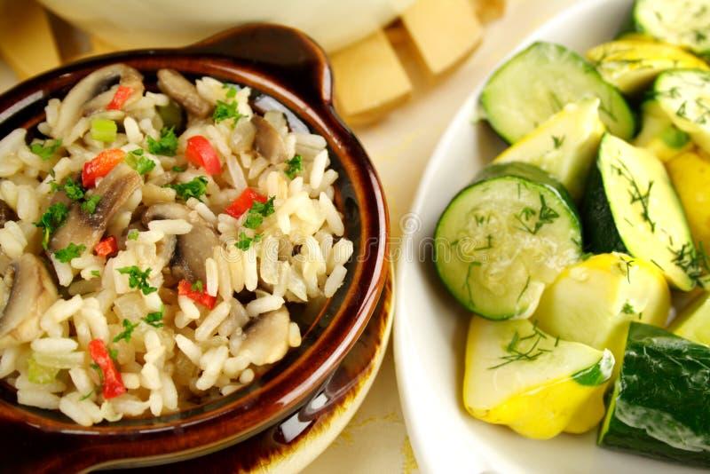 Reis mit Kürbis und Zucchini lizenzfreies stockbild