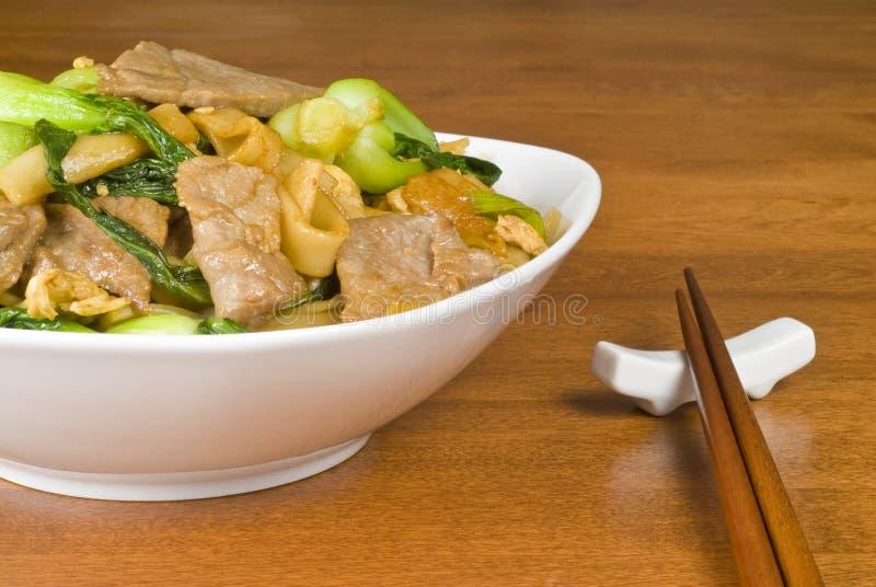 Reis-Nudeln und Rindfleischstir-Fischrogen stockfotos
