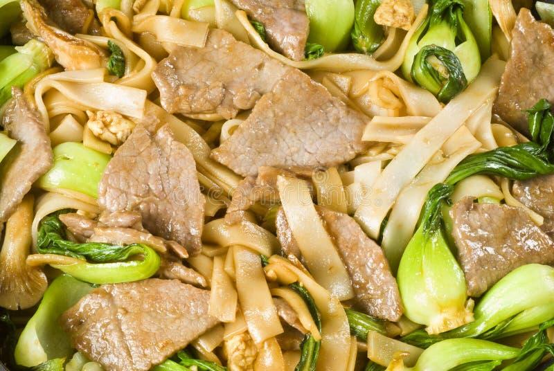 Reis-Nudeln und Rindfleischstir-Fischrogen lizenzfreie stockfotos