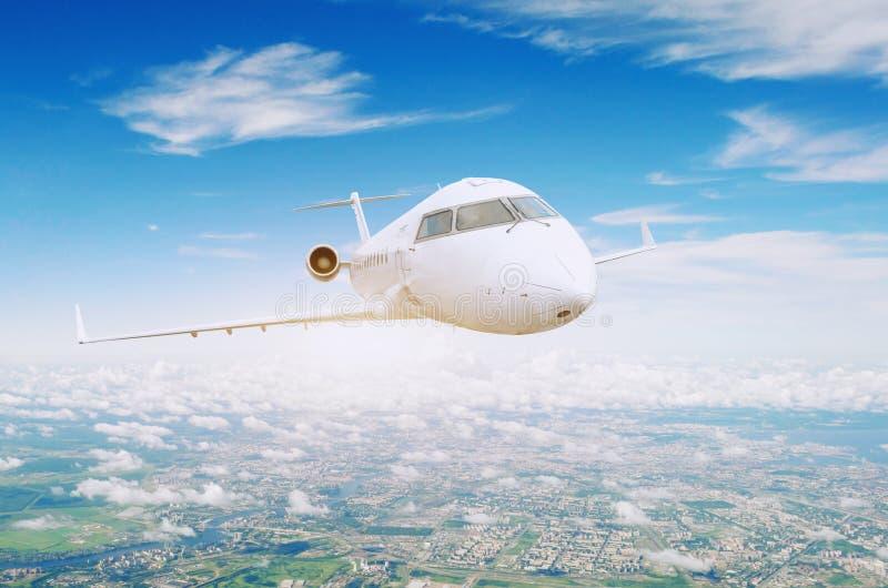 Reis over de vliegtuigen van de stads commerciële vlucht stock fotografie