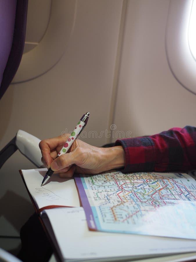 Reis planning op het vliegtuig stock fotografie