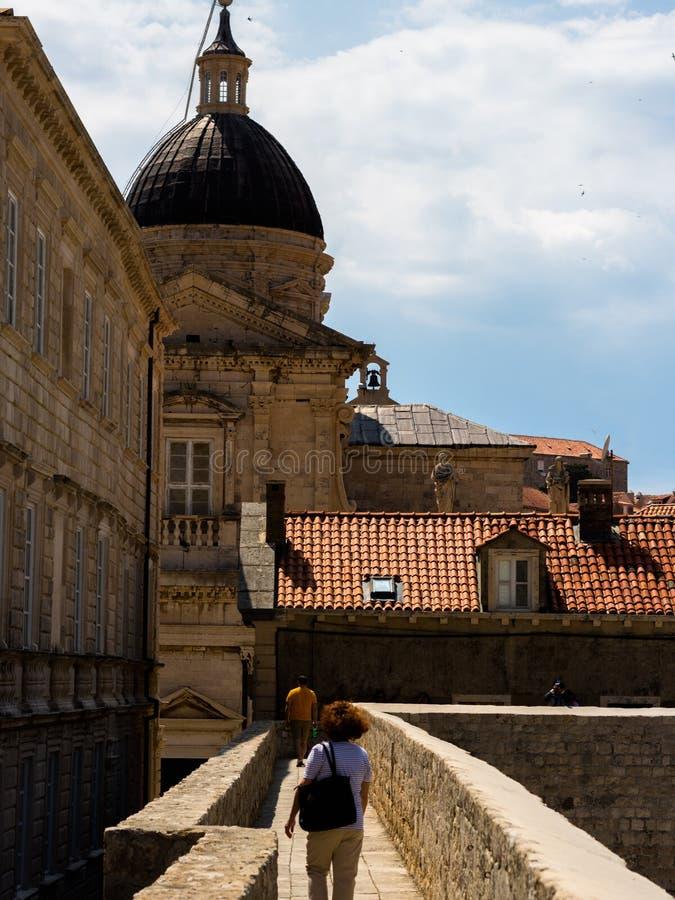 Reis rond muren die oude stad van Dubrovnik omringen royalty-vrije stock afbeelding