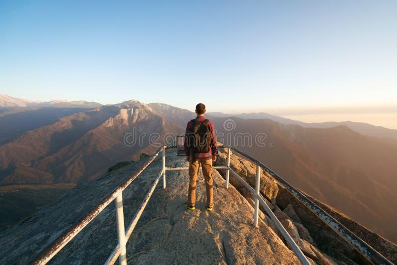 Reis in Sequoia Nationaal Park, mensenwandelaar met rugzak die van mening Moro Rock, Californië, de V.S. genieten royalty-vrije stock foto