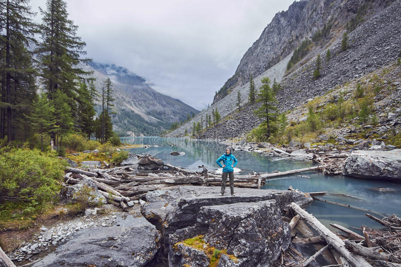 Reis te voet door de bergvalleien De schoonheid van het wild Altai, de weg aan Shavlinsky-meren stijging royalty-vrije stock afbeeldingen