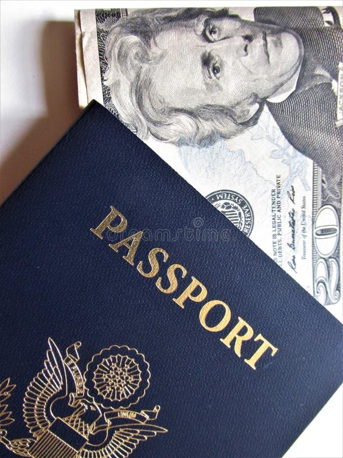 Reis of turismconcept Amerikaans Paspoort Geopend paspoort met visumzegels stock afbeeldingen
