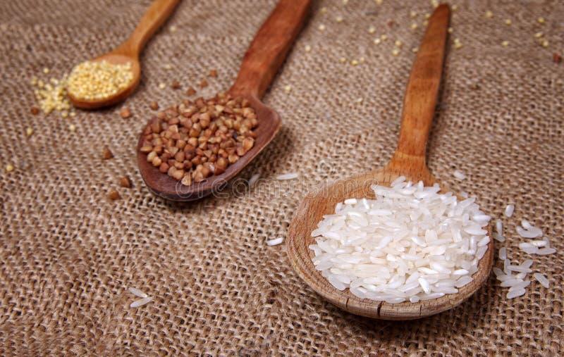 Reis und Buchweizen auf Tabelle stockfotos