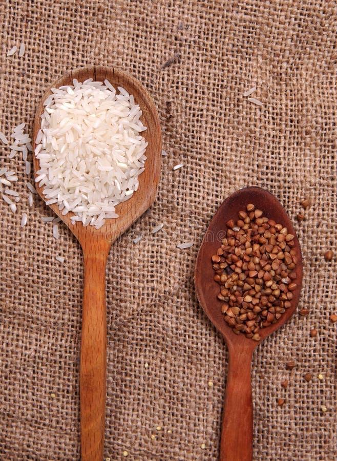 Reis und Buchweizen auf Tabelle stockbilder