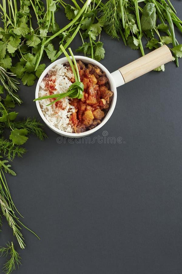 Reis und gedämpftes Gemüse dienten in einer runden Bratpfanne stockfotografie