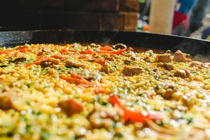 Reis und Kaninchen, typisches Gericht der Gastronomie der Region Murcia, Spanien, gekocht in einer Paella-Pfanne lizenzfreies stockbild