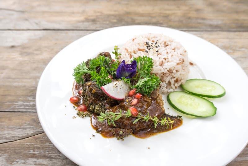 Reis und Schweinefleisch backen mit Rosmarin stockfotografie