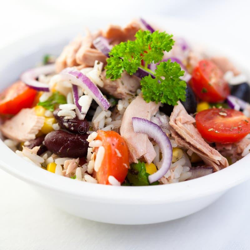 Reis- und Thunfischsalat lizenzfreies stockfoto