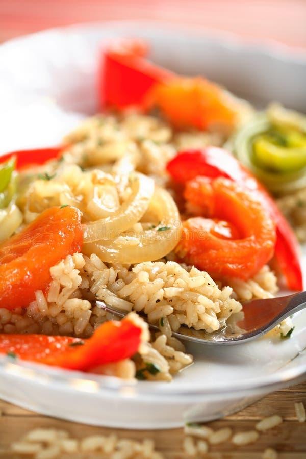 Reis- und Tomateteller stockfoto