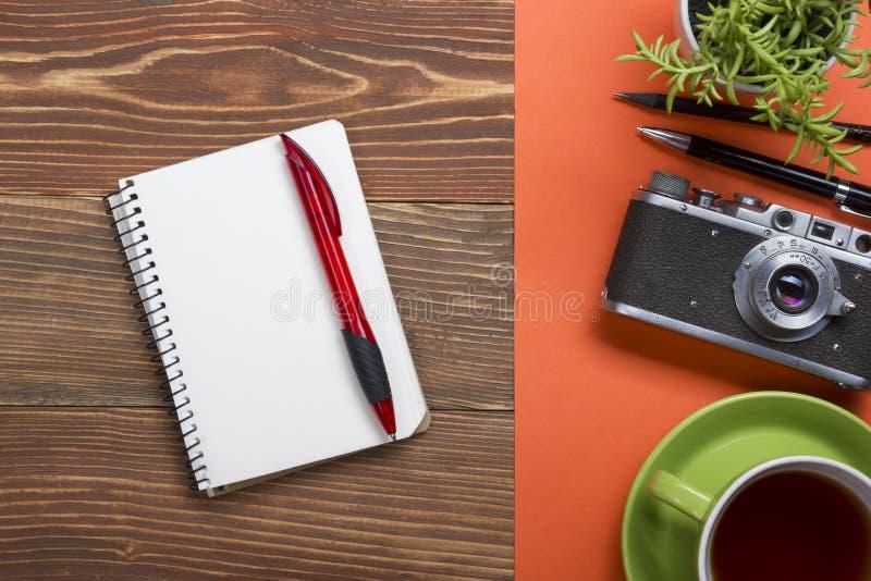 Reis, vakantieconcept Camera en levering op lijst van het bureau de houten bureau Hoogste mening met exemplaarruimte voor tekst royalty-vrije stock afbeeldingen