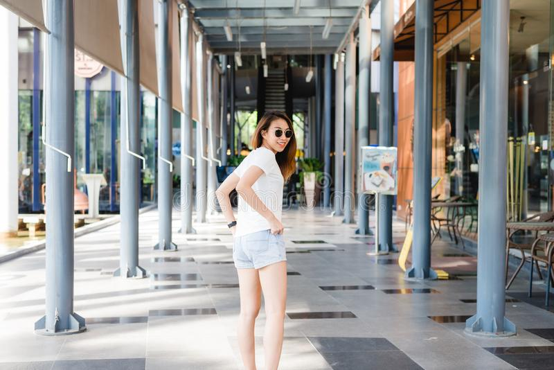 Reis van de reizigers backpacker de Aziatische vrouw in Bangkok, Thailand stock afbeeldingen