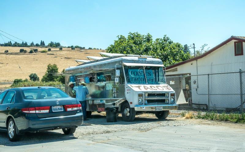Reis van het platteland in Californië Mexicaanse bestelwagen op de kant van de weg stock afbeeldingen