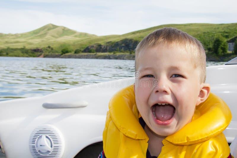Reis van kinderen op water in de boot royalty-vrije stock afbeeldingen