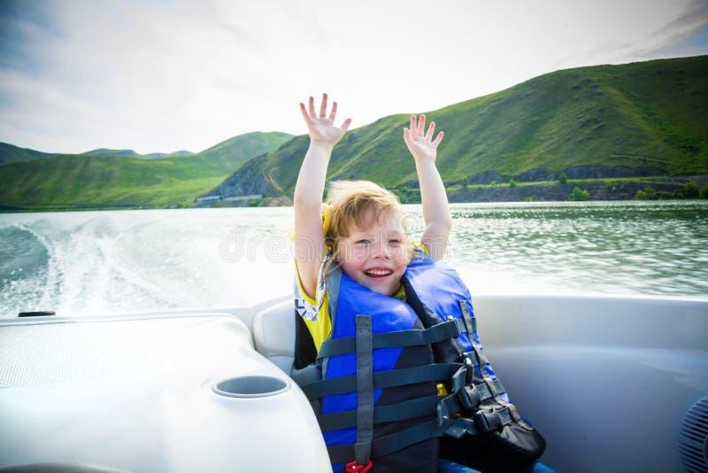 Reis van kinderen op water in de boot royalty-vrije stock foto