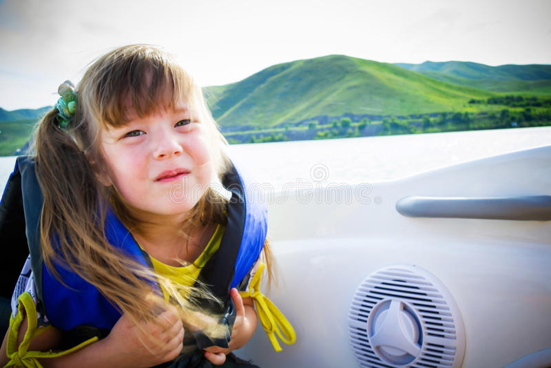 Reis van kinderen op water in de boot royalty-vrije stock afbeelding