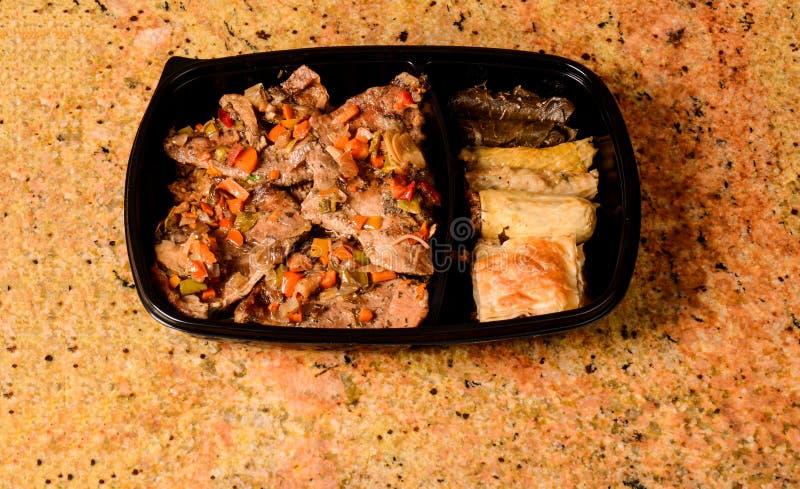 Reisabdeckung und gebratenes Fleisch lizenzfreies stockbild