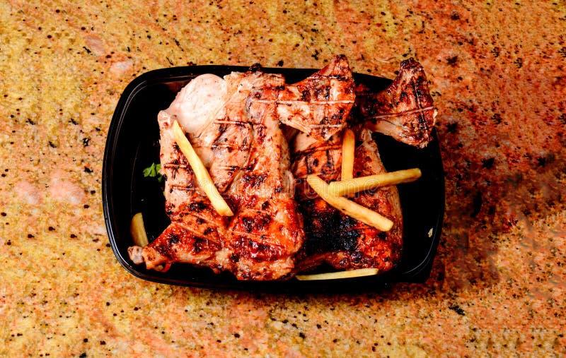 Reisabdeckung und gebratenes Fleisch stockbild