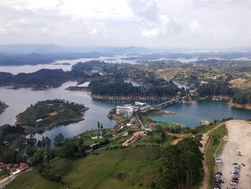 Reisbestemming in Colombia, Guatape-meren Landschap van eilanden en bergen stock foto