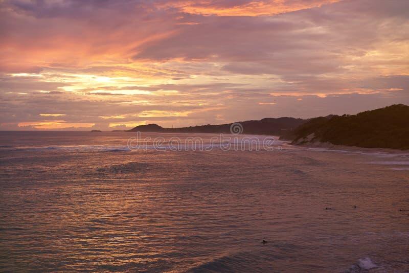 Reisbestemming in oceaankustlijn stock afbeelding