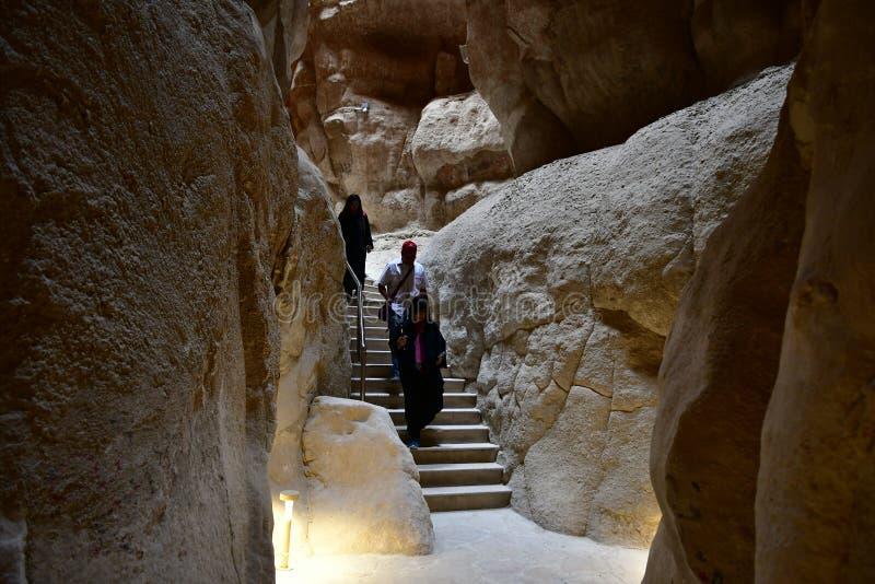 Reisbestemming in Saudi-Arabië de Al Qarah-berg met monumenten en holen en historische pictogrammen stock foto's