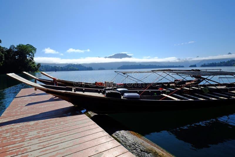 Reisboot bij de haven stock foto