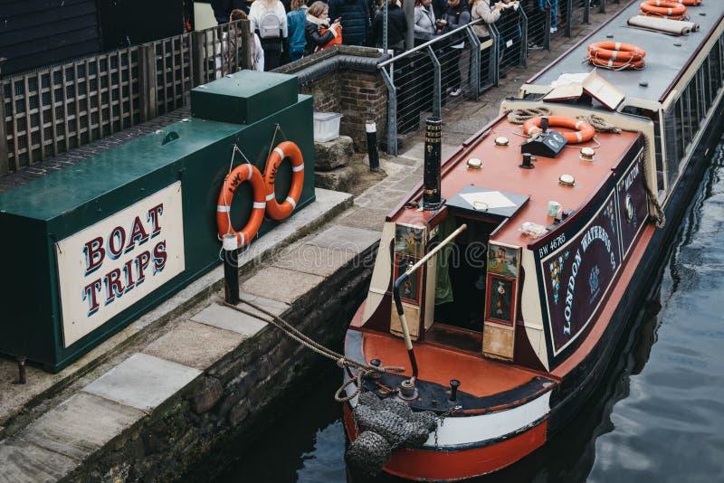 Reisboot op het Kanaal van de Regent binnen Camden Market, Londen, het UK wordt vastgelegd dat stock afbeeldingen