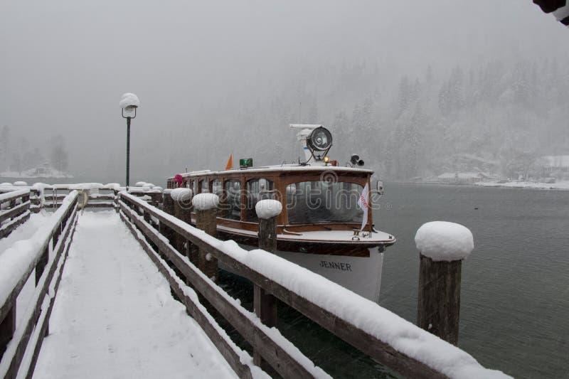 Reisboot op Konigssee-meer bij blizzard in de wintertijd Berchtesgaden, Beieren, Duitsland royalty-vrije stock foto
