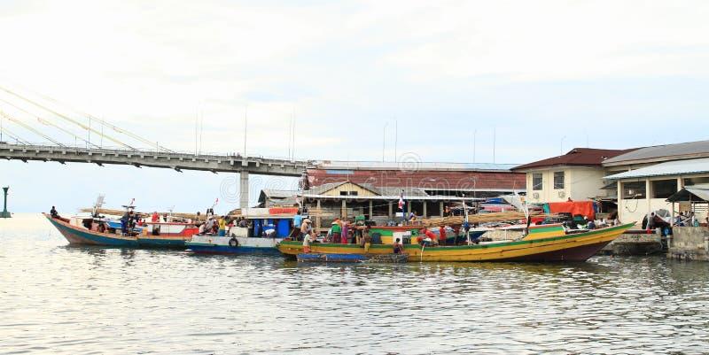 Reisboten op rivier in Manado stock foto's