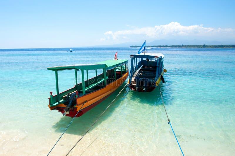 Reisboten op tropisch eilandstrand, Indonesië stock afbeelding