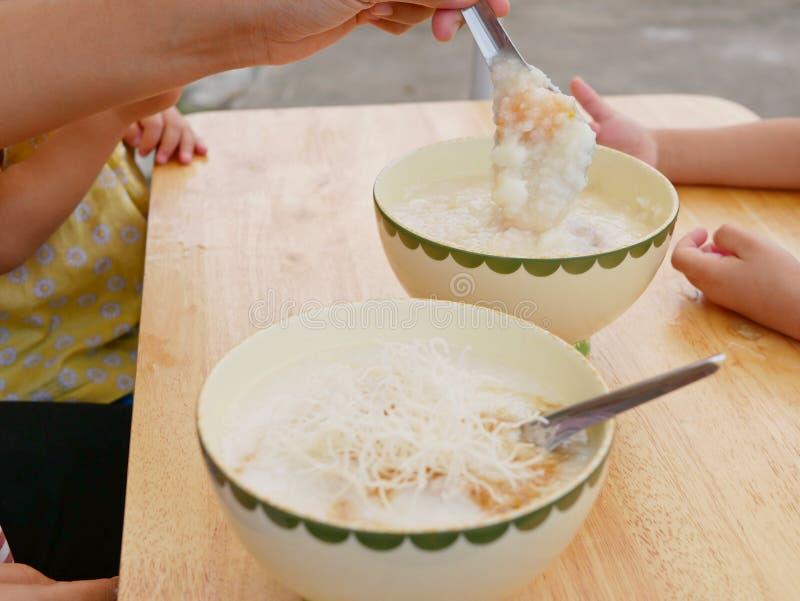 Reisbrei mit Eiern scherzen und knusperige frittierte Nudeln stockbilder