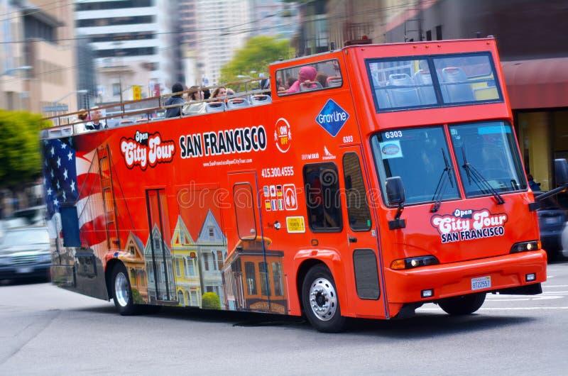 Reisbus in het financiële district van San Francisco, CA stock afbeeldingen