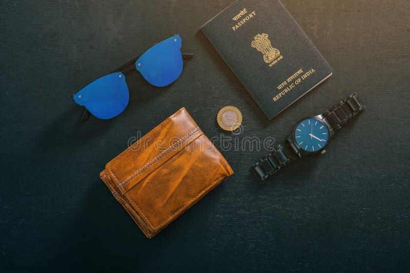 Reisconcept, Indisch paspoort met horloge, portefeuille, zonglas en Indisch muntstuk royalty-vrije stock afbeelding