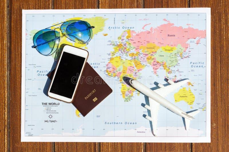 Reisconcept met het paspoortglazen van het plangeld royalty-vrije stock foto's