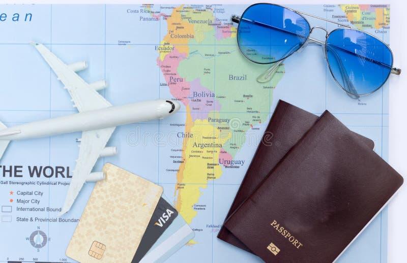 Reisconcept met het paspoortzonnebril van het plangeld stock fotografie
